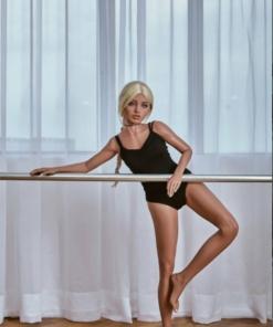 Maria. Realistisk og naturtro sexdukke. 150 cm høy, veier 27 kg. Solbrun hud og langt blondt hår. Oral, vaginal og anal åpning. Individuell tilpasning er mulig.