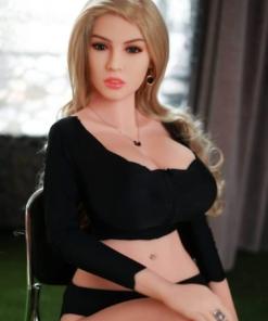 Ada. Realistisk og naturtro sexdukke. 165 cm høy, veier 36 kg. Lys hud og langt, krøllet mørkeblondt hår. Oral, vaginal og anal åpning. Individuell tilpasning er mulig.