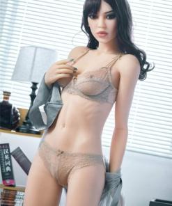 Camilla. Realistisk og naturtro sexdukke. 165 cm høy, veier 34 kg. Lys hud og langt brunt hår. Oral, vaginal og anal åpning. Individuell tilpasning er mulig.