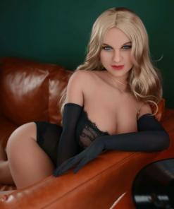 Anastasia. Realistisk og naturtro sexdukke. 153 cm høy, veier 42 kg. Lys hud og langt blondt hår. Oral, vaginal og anal åpning. Individuell tilpasning er mulig.