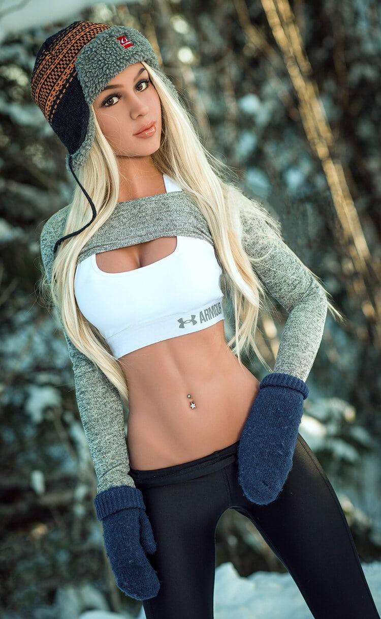 Susanne. Realistisk naturtro sexdukke. 166 høy. 36 kg. Lys, solbrun hud. Langt blondt hår. Oral, vaginal og anal åpning.Individuelle tilpasninger er mulig.
