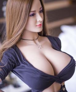Alessandra. Realistisk og naturtro sexdukke. 153 cm høy, veier 32 kg. Lys hud og langt, rett lysebrunt hår. Oral, vaginal og anal åpning. Individuell tilpasning er mulig.