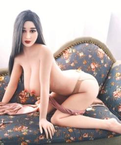 Hannah. Realistisk og naturtro sexdukke. 163 cm høy, veier 37 kg. Lys hud og langt svart hår. Oral, vaginal og anal åpning. Individuell tilpasning er mulig.
