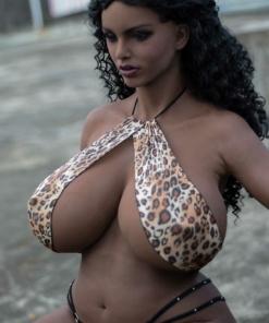 Amanda. Realistisk og naturtro sexdukke. 165 cm høy, veier 50 kg. Formfull. Mørk hud og langt svart hår. Oral, vaginal og anal åpning. Individuell tilpasning er mulig.