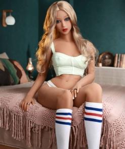 Lisa. Realistisk og naturtro sexdukke. 158 cm høy, veier 33 kg. Lys hud og langt bølgete blondt hår. Oral, vaginal og anal åpning. Individuell tilpasning er mulig.