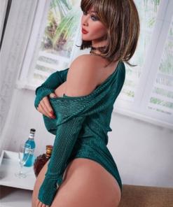 Sophia. Realistisk og naturtro sexdukke. 156 cm høy, veier 48 kg. Solbrun hud og skulderlangt brunt hår. Oral, vaginal og anal åpning. Individuell tilpasning er mulig.