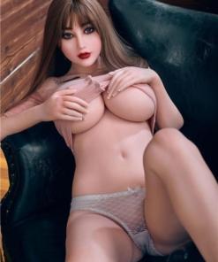 Harper. Realistisk og naturtro sexdukke. 163 cm høy, veier 37 kg. Lys hud og langt, rett brunt hår. Oral, vaginal og anal åpning. Individuell tilpasning er mulig.