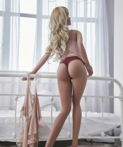 Daisy. Realistisk og naturtro sexdukke. 155 cm høy, veier 30 kg. Lys hud og langt blondt hår. Oral, vaginal og anal åpning. Individuell tilpasning er mulig.