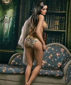 Julia. Realistisk og naturtro sexdukke. 159 cm høy, veier 38 kg. Solbrun hud og langt brun-svart hår. Oral, vaginal og anal åpning. Individuell tilpasning er mulig.