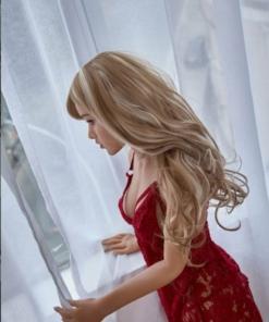 Bella. Realistisk og naturtro sexdukke. 150 cm høy, veier 27 kg. Lys hud og langt, krøllet blondt hår. Slank kropp. Oral, vaginal og anal åpning. Individuell tilpasning er mulig.