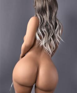 Katie. Realistisk og naturtro sexdukke. 156 cm høy, veier 48 kg. Lys hud og langt grålig hår. Oral, vaginal og anal åpning. Individuell tilpasning er mulig.