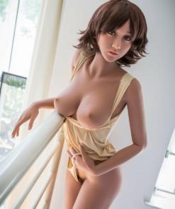Yasmin. Realistisk naturtro sexdukke. 163 høy. 34 kg. Lys hud. Kort brunt hår. Oral, vaginal og anal åpning.Individuelle tilpasninger er mulig.