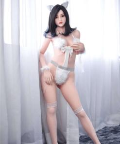 Iris. Realistisk og naturtro sexdukke. 163 cm høy, veier 36 kg. Lys hud og langt svart hår. Oral, vaginal og anal åpning. Individuell tilpasning er mulig.